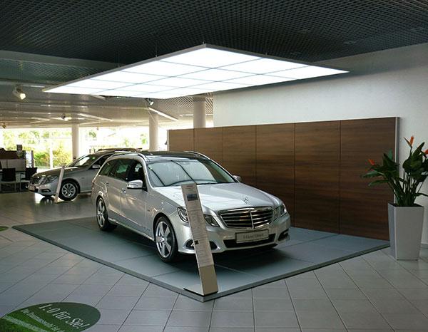 Display + Design LED Leuchte als Deckenbeleuchtung über Fahrzeug im Showroom