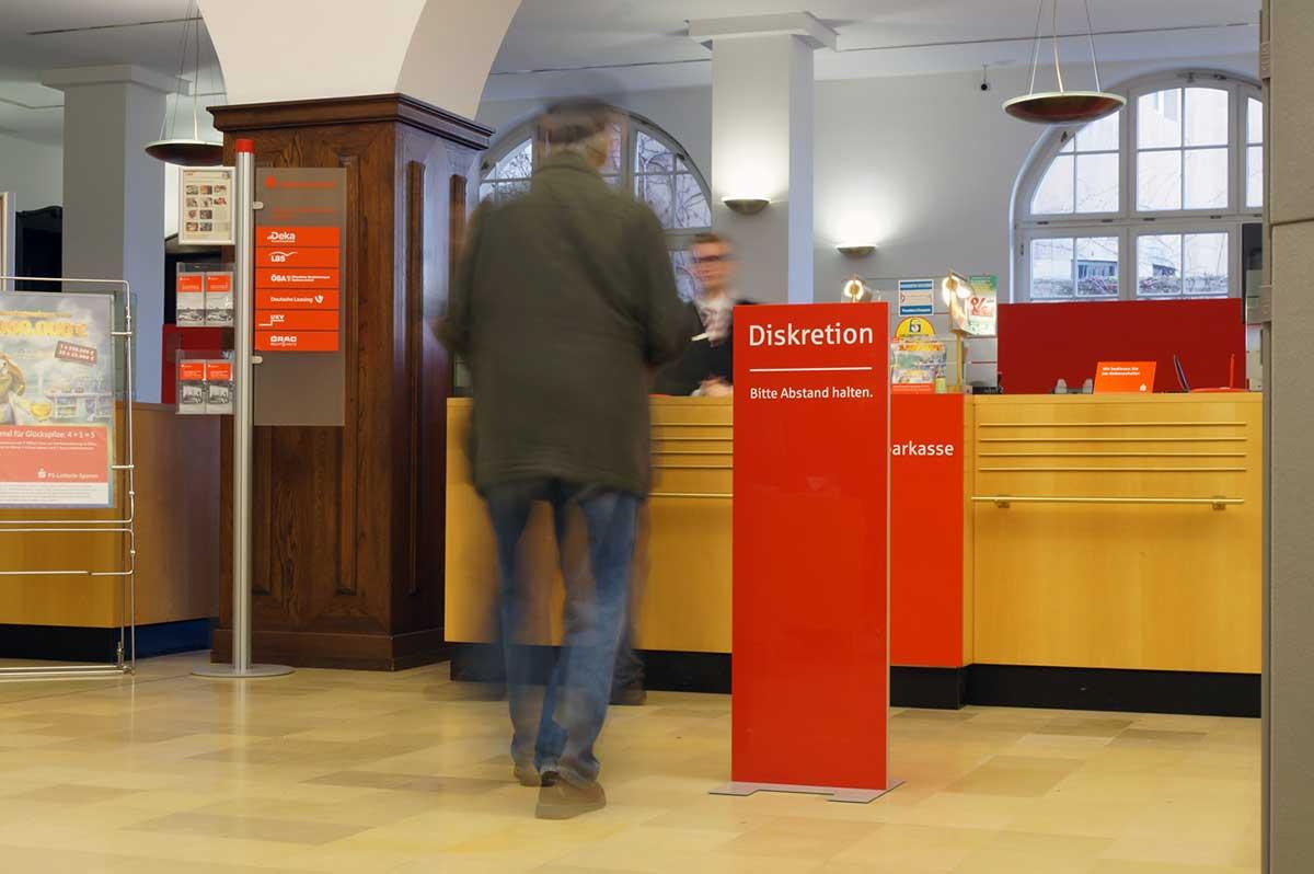 Display + Design Diskretionsständer als Display-Sonderbau für die Sparkasse
